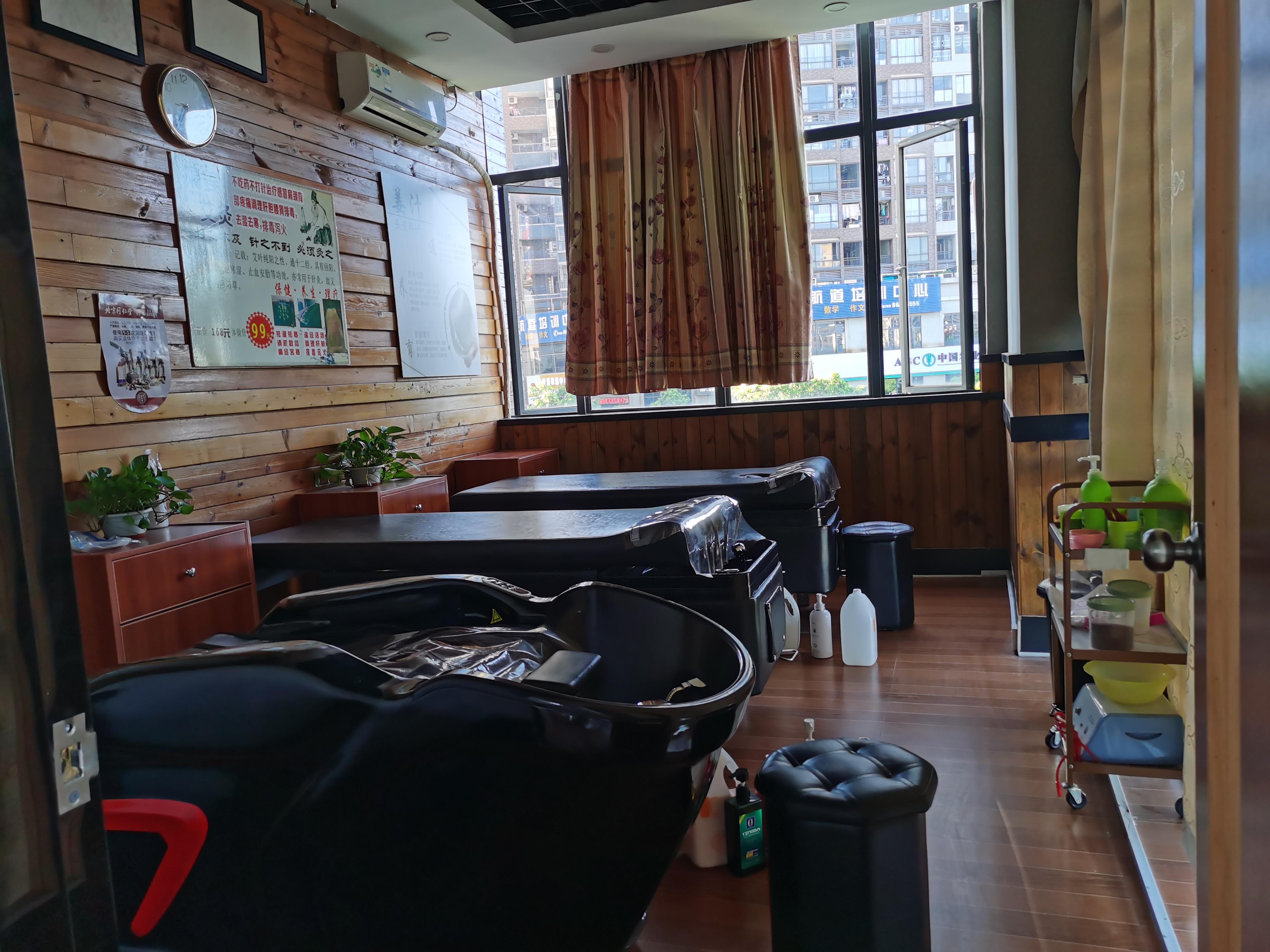 石排 转角位置 理发店转让(曼莎造型美发)周边有小区!酒店!
